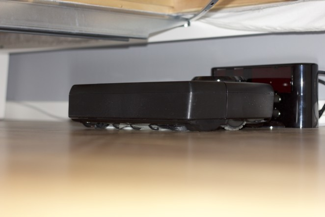 Laddstationen står placerad under sängen så dammsugaren syns aldrig när den inte används.