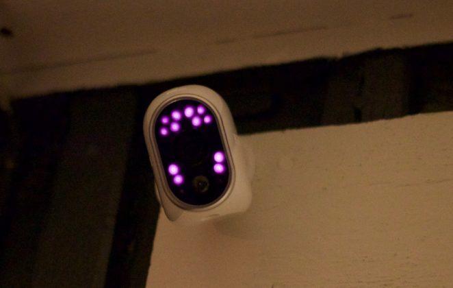 Arlo är utrustad med infraröda lampor som gör att den ger klara bilder även i totalt mörker.