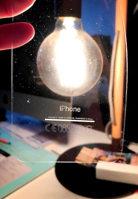 Klistret på skyddsfilmer får texten på gagatsvarta iPhone 7 att lossna